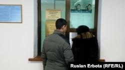 Астана белсенділері процеске кіргізуді сұрап, Қазақстан жоғарғы сотына арыз жазып тұр. 18 қаңтар 2016 жыл. (Көрнекі сурет)