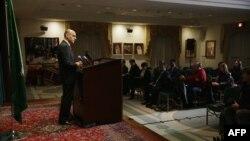 سفیر عربستان در نشست خبری در واشینگتن (در تصویر) گفته است «ما هر کاری میکنیم تا قدرت را به دولت مشروع یمن بازگردانیم».