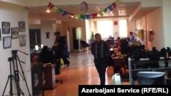 Сотрудники бакинского бюро РС во время обыска
