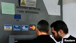 Կիպրոս - Բանկոմատի վերեւում փակցված գրությունը զգուշացնում է, որ հաճախորդները կարող են ստանալ 260 եվրոյից ոչ ավելի, Նիկոսիա, 22-ը մարտի, 2013թ.