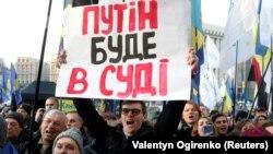 """Участник акции протеста """"Красные линии для Зеленского"""" в Киеве 8 декабря 2019 года"""