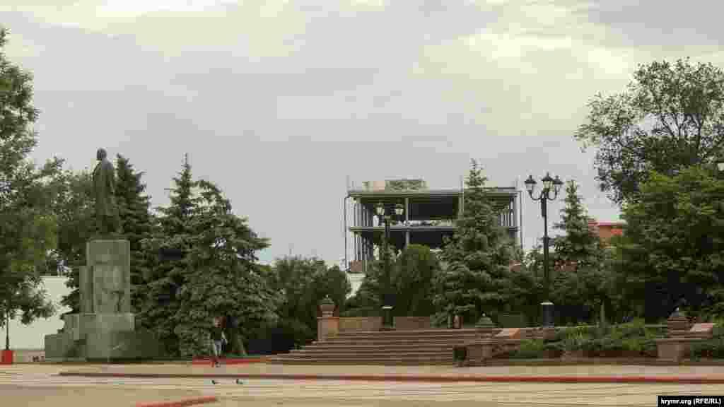 После 2014 года Керчь начали активно застраивать. Не миновала эта участь и исторический центр города. Одна из новостроек возвышается прямо у границ зеленой зоны рядом с центральной площадью