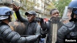 Srednjoškolci tokom sukoba demonstranata i policije na ulicama Pariza, 19. oktobar 2010.