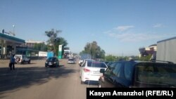 Скопление автомобилей на участке трассы, соединяющей город Талгар Алматинской области с Алматы. 11 мая 2020 года.