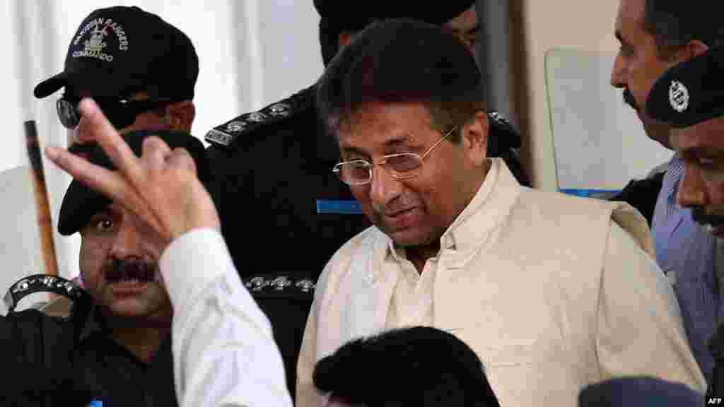 Экс-президент Пакистана Первез Мушарраф освобожден 7 ноября из-под домашнего ареста. Ранее суд вынес решение об освобождении политика под залог. Мушарраф проходит обвиняемым по четырем уголовным делам, в том числе о возможной причастности к теракту в Исламабаде в 2007 году, когда в результате взрыва у мечети погибла премьер-министр Пакистана Беназир Бхутто.