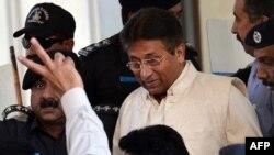 Бывший президент Пакистана Первез Мушарраф покидает здание суда в городе Равалпинди. 17 апреля 2013 года.