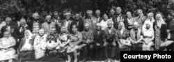 Депортацияланғандарына 50 жыл толуына байланысты өткен шарада суретке түскен қазақстандық поляктар.