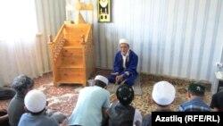 Abdurahmon-xoji As-Sug'uriy nomidagi madrasada bolalarga islom asoslaridan saboq berilishi aytilmoqda.