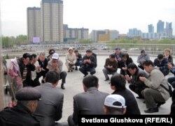 Участники акции читают молитву в память жертв в Жанаозене. Астана, 28 апреля 2012 года.