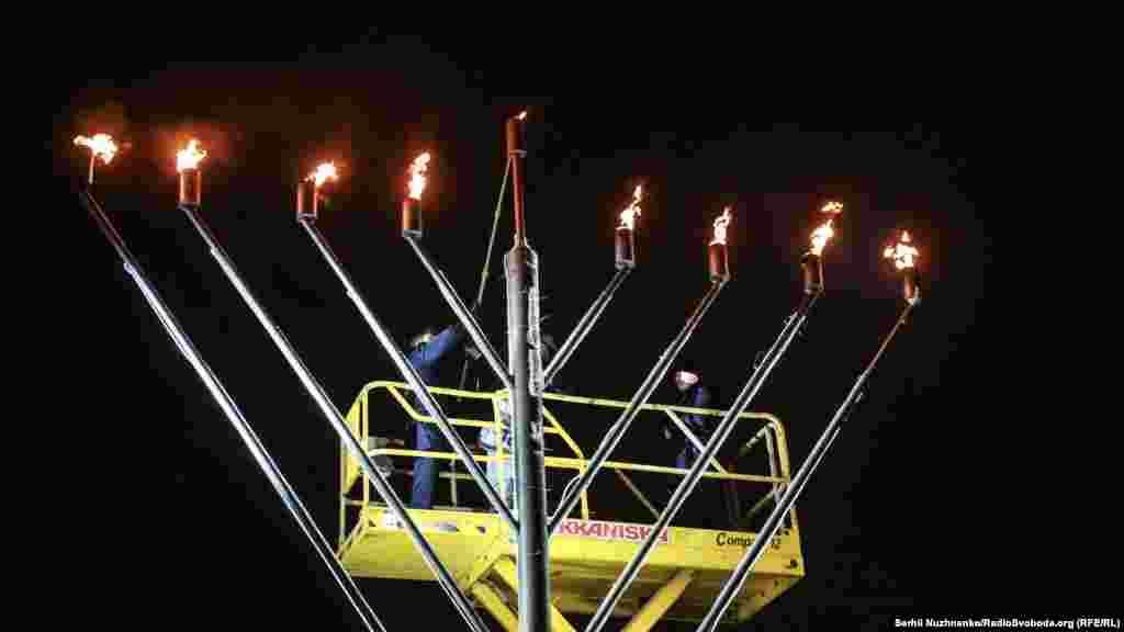 Посол Ізраїлю в Україні Еліав Бєлоцерковські запалює одну зі свічок