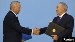 Президент Узбекистана Ислам Каримов (слева) и президент Казахстана Нурсултан Назарбаев. Астана, 7 сентября 2012 года.
