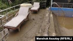 Двор дома Марины Цапкиной, пострадавший от схода селя. Алматы, 24 июля 2015 года.