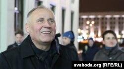 Мікола Статкевіч падчас акцыі на плошчы Незалежнасьці