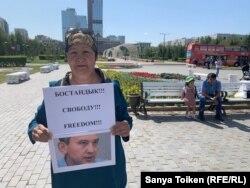 Жительница Нур-Султана Калдыхан Козыбаева на пикете в Нур-Султане, 26 августа 2019 года.