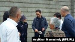 Активист Курал Исманов (в центре) в окружении друзей и сторонников. Алматы, 1 июня 2016 года.