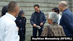 15 күнге қамалып шыққан Құрал Исманов (ортада) өзін күтіп тұрған адамдардың арасында. Алматы, 1 маусым 2016 жыл.