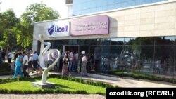 Очередь за новыми сотовыми номерами после приостановления работы МТС. Узбекистан, 17 июля 2012 года.