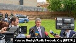 Арсен Аваков (с) біля суду в Павії під час процесу у справі Віталія Марківа, 17 травня 2019 року