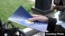 Иркутск. Основной закон - в руках гуляющей молодежи.