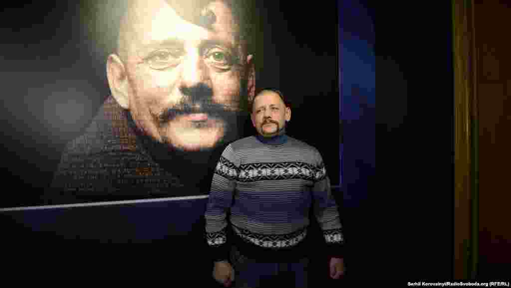 Ігор, герой репродукції «Козака Мамая» (автор невідомий), позує біля фотографії