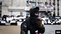 """Сторонник так называемой """"Донецкой народной республики"""" у здания областной госадминистрации"""