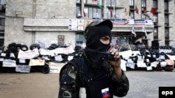 Сторонник самопровозглашенной Донецкой народной республики перед зданием областной администрации. Донецк, 12 мая 2014 года.