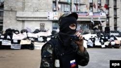 Сторонник поддерживаемых Россией сепаратистов в городе на востоке Украины.