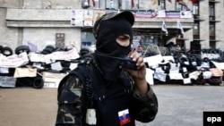 Өзін өзі жариялаған «Донецк халық республикасын» қолдаушы адам. Донецк, 12 мамыр 2014 жыл.