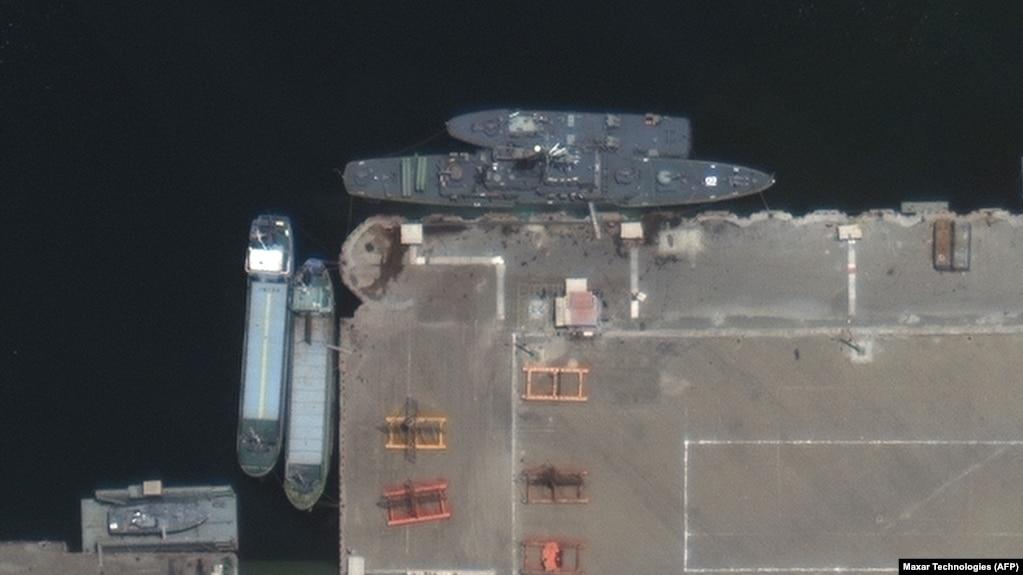 تصویر ماهوارهای از ناوچه کنارک، پیش از ترک بندر کنارک در مأموریت منتهی به حادثه اصابت موشک