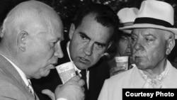 Никита Хрущевның (c) американ күргәзмәсендә Пепси эчүен АКШ вице-президенты Ричард Никсон (у) күзәтә, Мәскәү, июль 1959