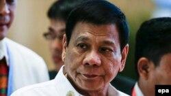 شاهد عینی در مجلس سنای فیلیپین گفته که رودریگو دوترته (صاحب عکس) شخصا حدود ۵۰ مورد از ترورها را انجام داده است.