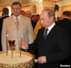 Виктор Янукович и Владимир Путин во время богослужения в Севастополе в июле 2013 года