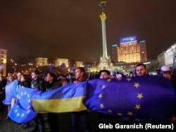 Украинаның ЕО-мен серіктестігін жақтайтындар шеруі. Киев, 21 қараша 2013 жыл.
