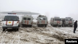 Төтенше жағдай департаментінің көліктері ұшақ апаты болған маңда тұр. Алматы, 29 қаңтар 2013 жыл.