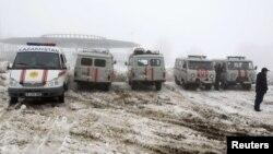 Машины МЧС и скорой помощи недалеко от места крушения пассажирского самолета под Алматы. 29 января 2013 года.