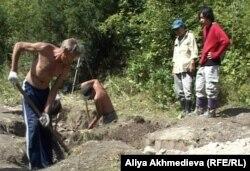 Раскопки на месте захоронений военнопленных в Алматинской области.