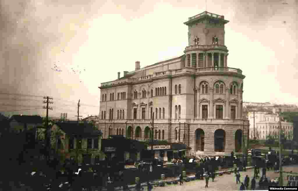 Офицерскиот дом е изграден во 1929 година по нарачка на Министерството на војската и морнарицата на Кралството Југославија.