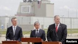 Генеральний секретар НАТО Єнс Столтенберґ (ліворуч), прем'єр-міністр Румунії Дачіан Чолош (посередині) та заступник генерального секретаря НАТО Роберт Ворк під час урочистої церемонії на авіабазі Девесел. 12 травня 2016 року