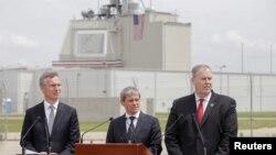 Генеральный секретарь НАТО Йенс Столтенберг (слева), премьер-министр Румынии Дачиан Чолош (в центре) и заместитель генерального секретаря НАТО Роберт Ворк во время торжественной церемонии на авиабазе Девеселу. 12 мая 2016 года