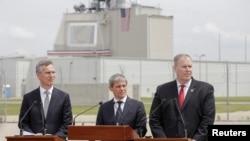 Генеральний секретар НАТО Єнс Столтенберґ (ліворуч), прем'єр-міністр Румунії Дачіан Чолош(посередині) та заступник генерального секретаря НАТО Роберт Ворк під час урочистої церемонії на авіабазі Девесел. 12 травня 2016 року