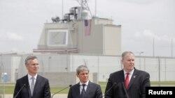 Secretarul-general Nato, Jens Stoltenberg (stg.), premierul Dacian Cioloș și adjunctul ministrului american Robert Work (dr.) la ceremonia de inaugurare a bazei militare de la Deveselu