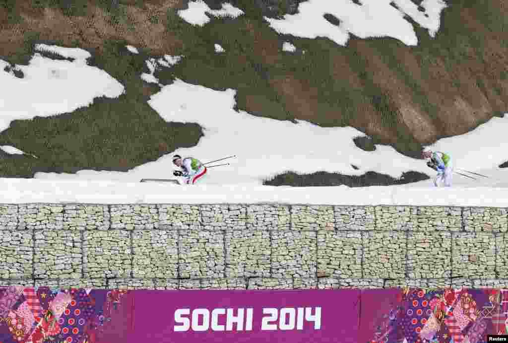 Француз Моріс Маніфіка (л) і швед Даніель Рікардссон (п) під час естафети 4х10 км. Шведська команда здобула золото