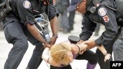 Полиция Торонто противостоит антиглобалистам и анархистам