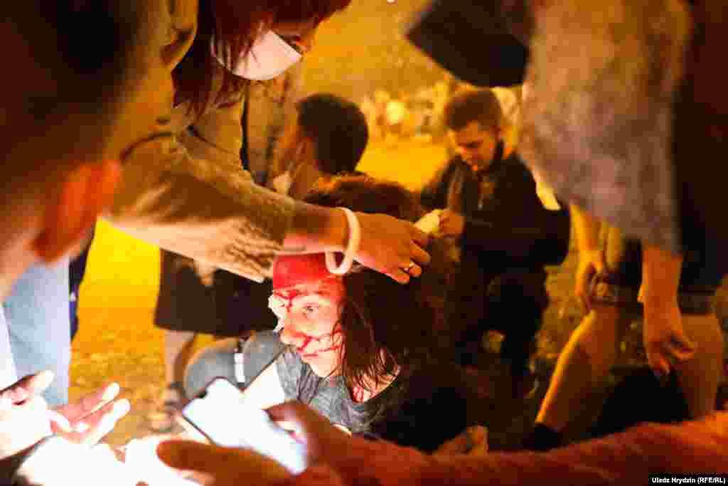 Жергілікті басылымдардың хабарлауынша, Немига көшесінде автозак бірнеше адамды қағып кеткен. Бір адам жараланған.