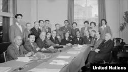 نمایندگان ایران در کنفرانس سانفرانسیسکو، ۲۵ آوریل تا ۲۶ ژوئن ۱۹۴۵. ایستاده از چپ به راست: منوچهر کاظمی، احمد اردشیر، فضلالله نبیلی، حسین نواب، دکتر علیاکبر دفتری، سرهنگ محمدعلی معارفی، دکتر لطفعلی صورتگر، خانم ویرجینیا نی، خانم میلرد بولتی، خانم درتی درایر، خانم اینگرید لیلیهکویست. نشسته از چپ به راست: ناشناخته، دکتر عبدالحسین اعتبار، دکتر قاسم غنی، سرلشکر علی ریاضی، باقر کاظمی، مصطفی عدل، اللهیار صالح، دکتر علیاکبر سیاسی، دکتر رضازاده شفق، محمد شایسته، دکتر قاسم قاسمزاده. عکس شماره ۶۱۳۷۵، آرشیو سازمان ملل