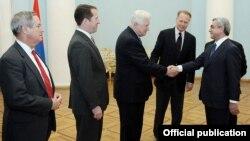 Նախագահ Սերժ Սարգսյանը ողջունում է ԱՄՆ կոնգրեսականներին: