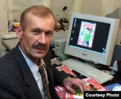 Ігар Гермянчук у рэдакцыі часопіса «Кур'ер». Здымак Сяргея Грыца. Канец 2001 году
