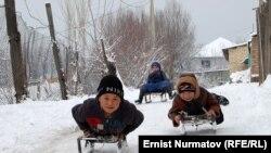 Калың кар балдарды кубанычка бөлөдү, Ош, 25-февраль.
