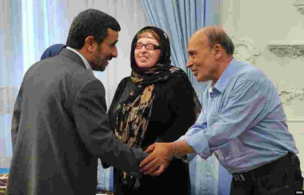 دیدار آمنه بهرامینوا و خانوادهاش با محمود احمدینژاد. خانم بهرامینوا که گذشت وی از قصاص متهم اسیدپاشی به او، وی را در زمره خبرسازترینهای سال ۹۰ قرار داد، پس از اتقاد از بیمهری دولت در ۱۲ مرداد ماه با محمود احمدینژا