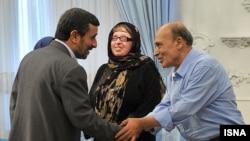 آمنه بهرامی به همراه پدرش (راست) در دیدار با محمود احمدینژاد